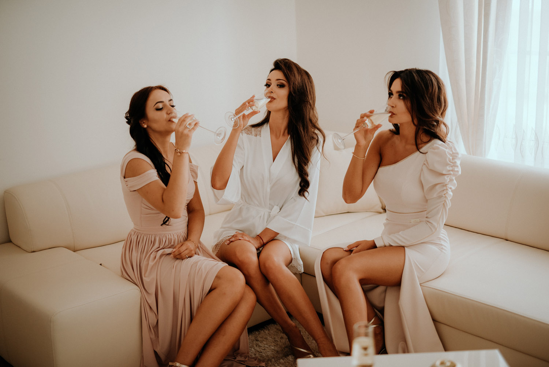 fotograf na ślub częstochowa, panna młoda, prosecco, toast, przygotowania